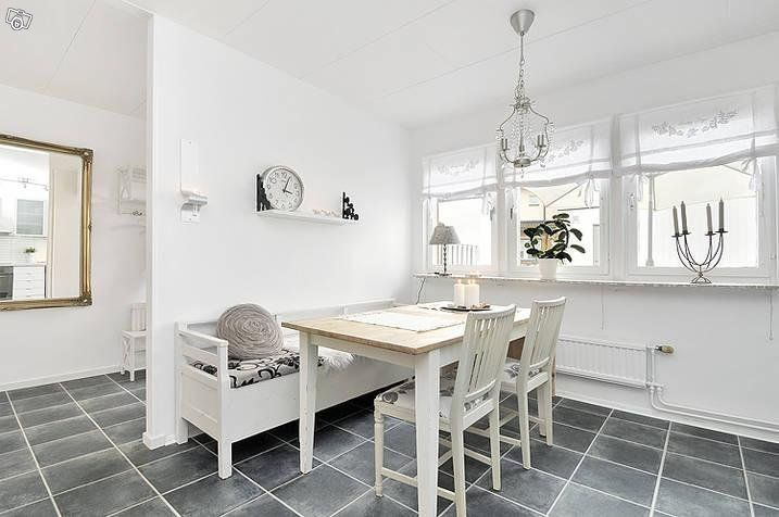 Vitt matbord och vit kökssoffa