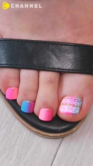 夏は足元の露出が多くなってフットネイルをしたくなる季節♡そんな夏のネイルにピッタリなPOPで可愛いネオンカラーフットネイルをご紹介します。