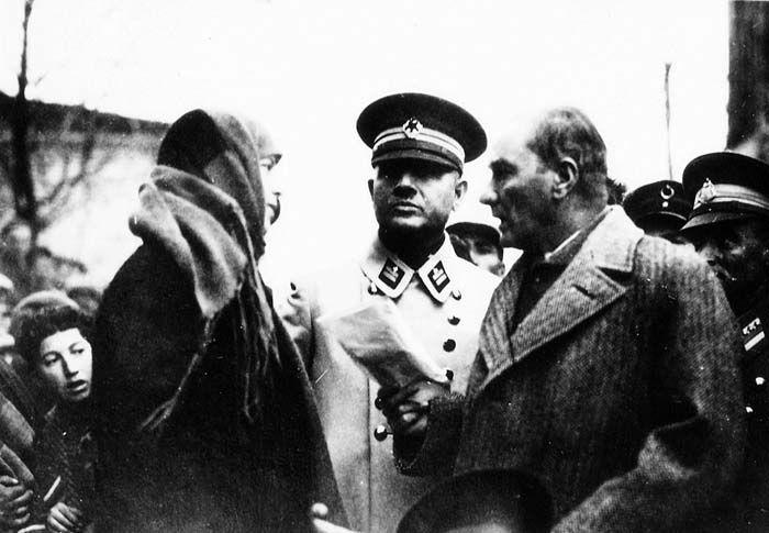 Atatürk, Sonbahar Yurt Gezisi'nde bir bayan yurttaşla konuşurken (Kasım 1930)