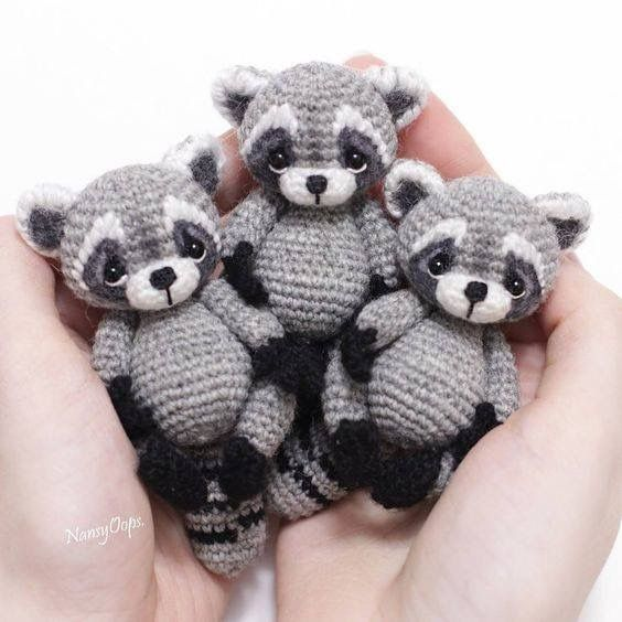 Omg! Mini crochet raccoon toys. <3