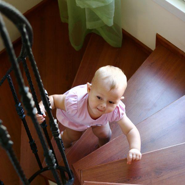 Kaşla göz arasında tırmanıverir. Bazen kaza geliyorum der! Çocuğunuzu merdiven güvenlik kapısı ile koruyun. #çocukgüvenliği #merdivengüvenliği