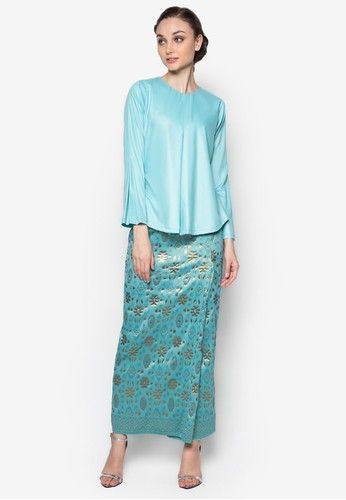 Hamidah Kurung from Seleksi Akma in Blue Look effortlessly elegant and stylish wearing this Seleksi Akma creation. Incorporating a modern take to the traditional outfit, the brand maintains the classic songket bottom but infuses a hint of modern with the top. Steeped in an aesthetically... #bajukurung #bajukurungmoden