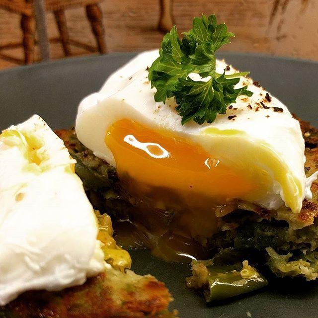 Bean burger w/poached egg ~ bønneburger m/posjert egg #matfrabunnen #matbloggsentralen #matblogg #poachedegg #foodie #foodblogger #godtno #feedfeed #kkspis #taramat #veggieburger #instafood #egg #foodgasm #foodporn #lunsj @godtno @thefeedfeed