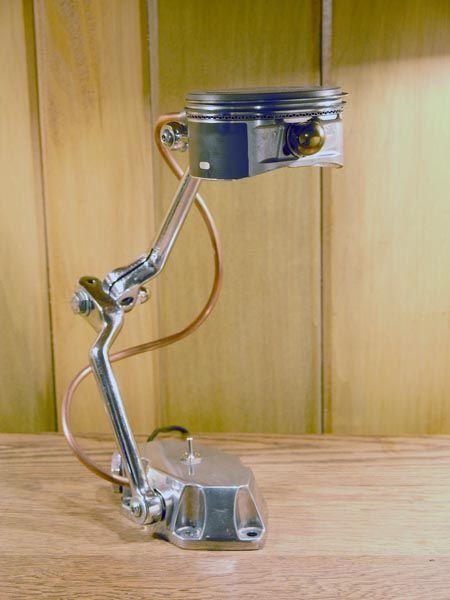 Lámpara sobre mesa pistón