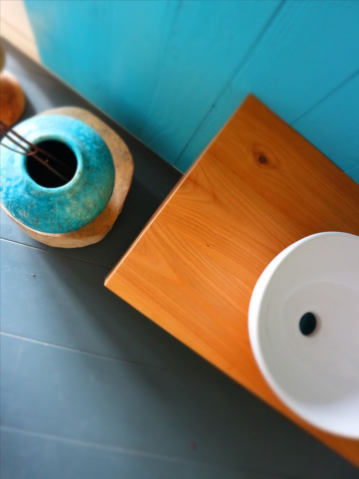Nice bathroom with a color palette of blue, white and wood of Houtwerk Hattem