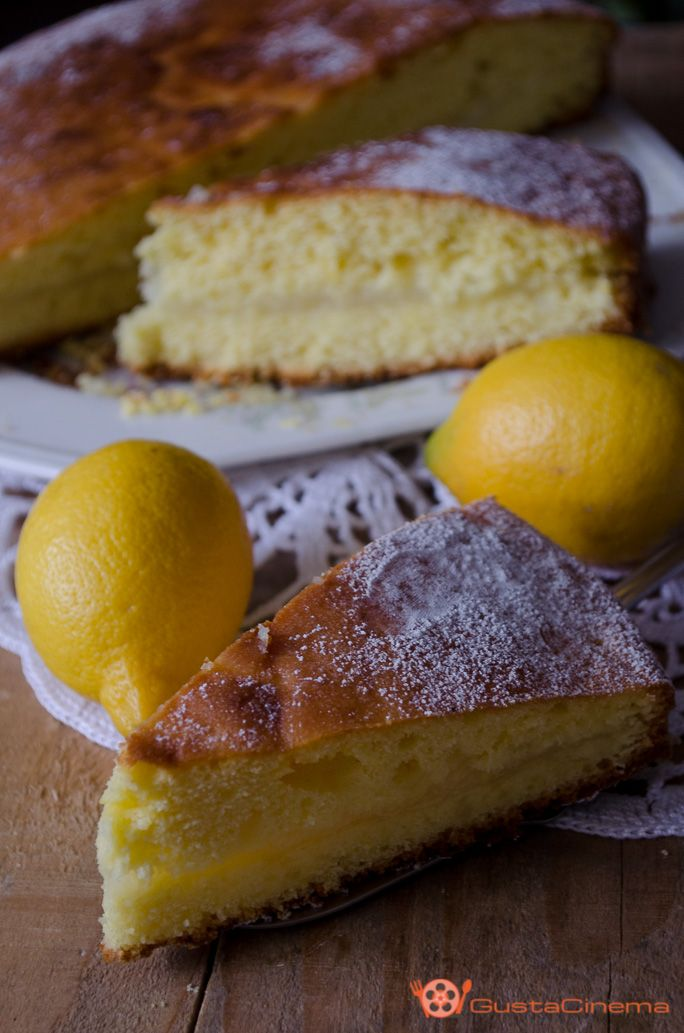 Torta con crema di limone un dolce soffice, leggero e profumato, preparato senza burro e con una crema senza uova e senza latte. Ottimo per la colazione o merenda.