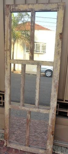 espelho em janela antiga