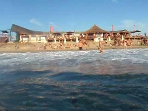 Το Beach-o-bar-o του Ποσειδίου με πολύ κυμα και αέρα... φυσικά ο κόσμος δεν πτοείται και συνεχίζει να χορεύει....