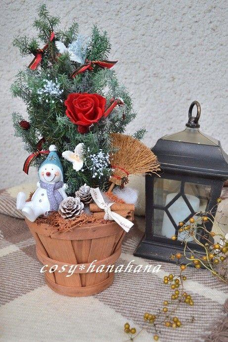 プリザとドライのツリーです。スノーマンが掃除を終えてツリーの下で一休み。。。1輪のバラが目を引きます。クリスマスプレゼントにも♪+++クリスマス関連の作品につ...|ハンドメイド、手作り、手仕事品の通販・販売・購入ならCreema。