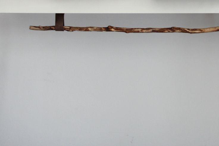 improvisierte Kleiderstange aus Stock und Lederresten montieren. DIY Anleitung. Kleiderstange selber machen - tutorial. Treibholz, Holzstab, Kleiderhaken