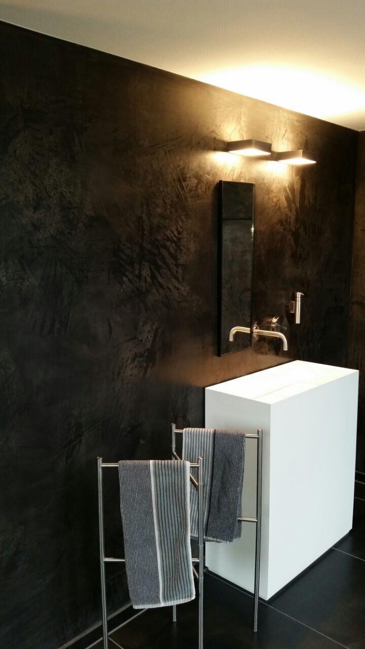 Die Schwarze Wand Steht In Tollem Kontrast Zu Den Weißen Badmöbeln. By  Marco Lück, Nettetal Www.marcolueck.com #wandgestaltung #wand #volimea  #schwarz #bad ...