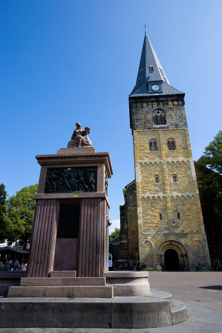 Enschede -  Grote kerk - De Grote Kerk is een kerkgebouw op de Oude Markt in Enschede.  Met daarvoor een monument dat herinnert aan de stadsbrand in 1862.