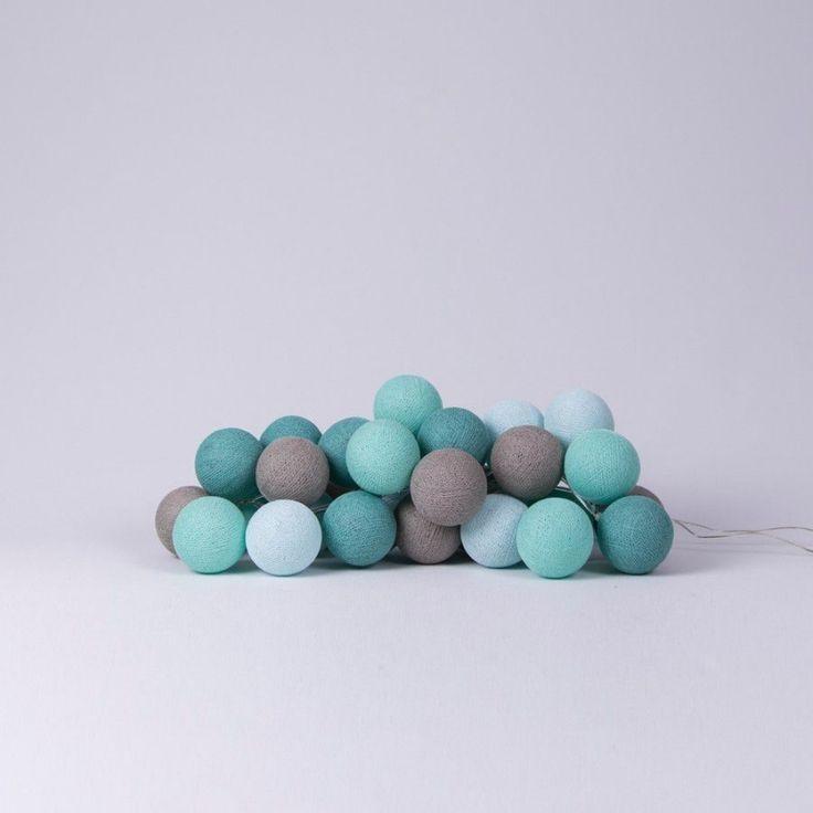 Lichtslinger Cotton Balls mint De Cotton Balls, in een combinatie van mintgroen tinten en grijs, zijn gemaakt van katoengaren en hebben een omtrek van 20,5 cm. In iedere Cotton Ball zit een gaatje van ongeveer 3mm, waar je het lampje doorheen kunt steken. Het effect is geweldig! Leuk om te krijgen en leuk om te geven. Ook heel geschikt als nachtlampje en/of sfeerverlichting op de babykamer & kinderkamer. De slingers zijn voorzien van 20 Cotton Balls. mintgroen
