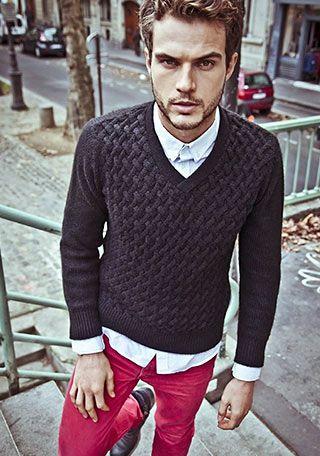 Vネックケーブル編みセーター×赤パンツの着こなし(メンズ)   Italy Web
