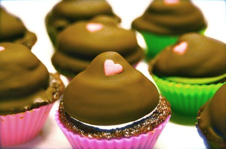 De lækreste chokolade cupcakes med flødebolletopping. Det er virkelig a match made in heaven! Få opskriften hos Copenhagen Cakes.