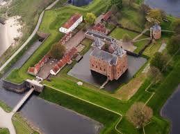 dit is slot Loevestijn, Ridder Dirc Loef van Horne gaf rond 1357 opdracht om het kasteel te bouwen. Hij gebruikte het als woonhuis, van waaruit hij rooftochten kon houden en illegale tol kon heffen om de rivier op te mogen varen. Na hem kwam het slot in handen van de heer van Holland en werd het gebruikt als verdedigingswerk tegen andere heren.  tot na de Belgische revolutie was het een staatsgevangenis, nu is het van het rijksmuseum.