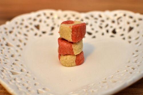 Ja takk begge deler - Vanilje og jordbær-proteinkuler (Bakekona)