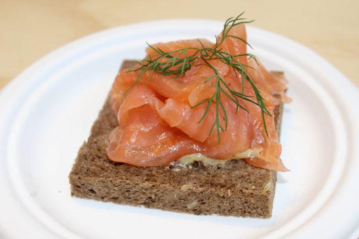 """Da Bjork """"Open sandwich danese al salmone, salsa gravlax e patate"""", tipico della cucina danese"""