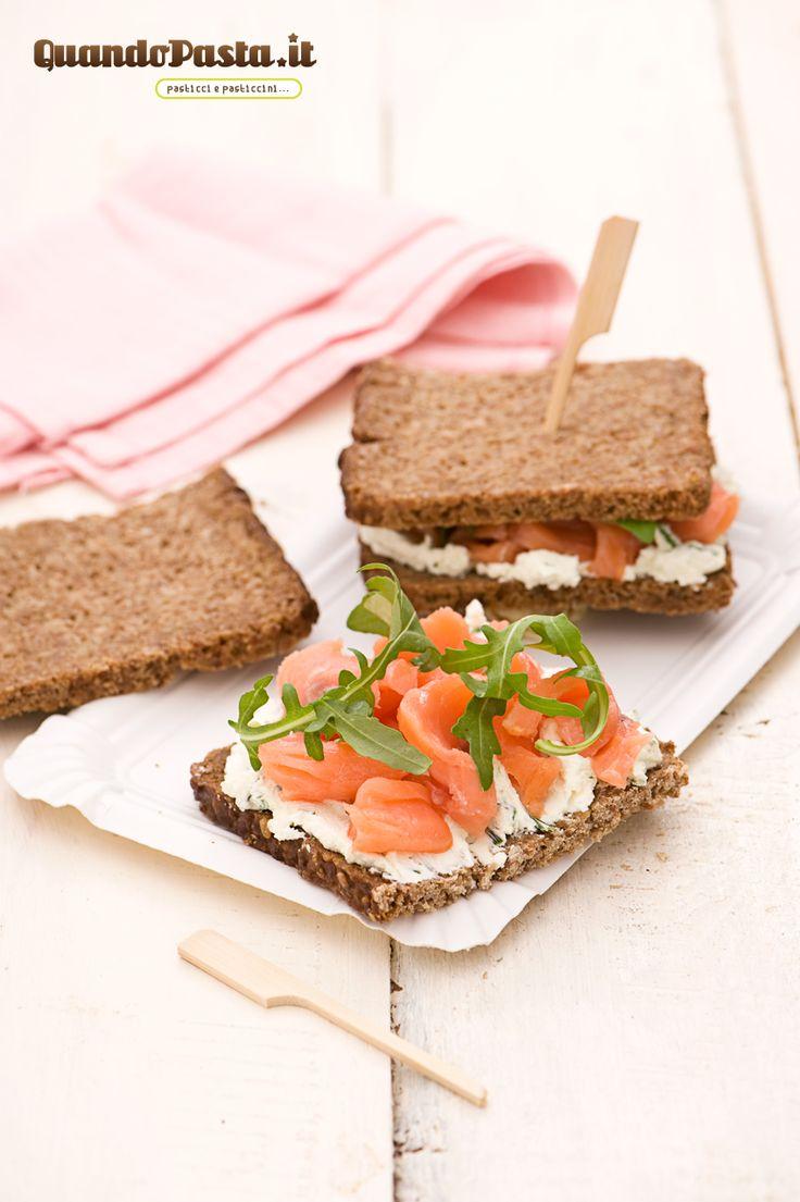 sandwich di salmone con pane nero