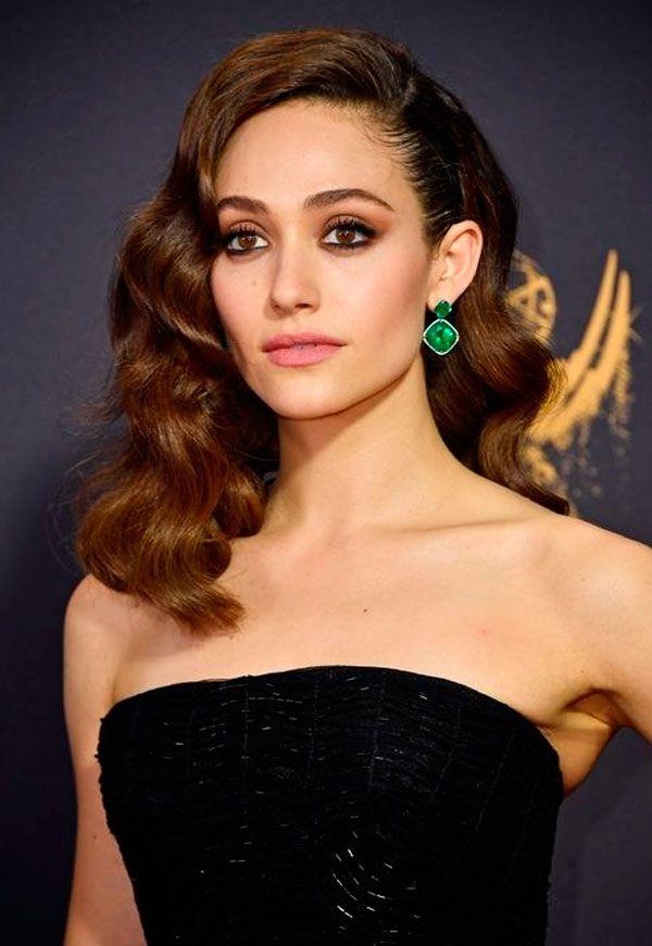 Emmy Rossum escolheu a trend dos penteados vintage para arrasar no red carpet. Nos olhos? Delineado marcado rente aos cílios superiores e inferiores.
