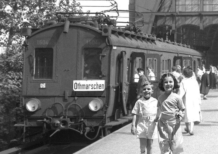 Werbeplakat der S-Bahn aus den Fünfziger Jahren: ET 99 am Bahnhof Dammtor Foto: DB AG