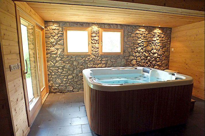 Jacuzzi, espace détente dans un chalet Lombard Vasina. Lieu de repos et de relaxation après une journée de ski ou de randonnée !