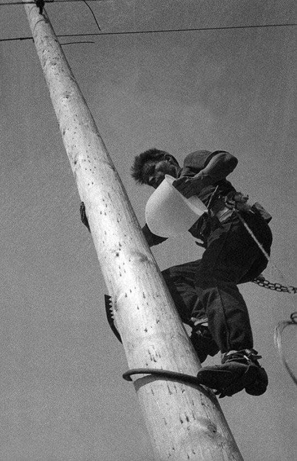 Фотография Александра Родченко. Монтер на столбе. Из серии Парк Культуры. 1929 г.