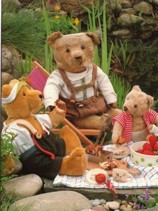 stuffed teddy bears at a picnic