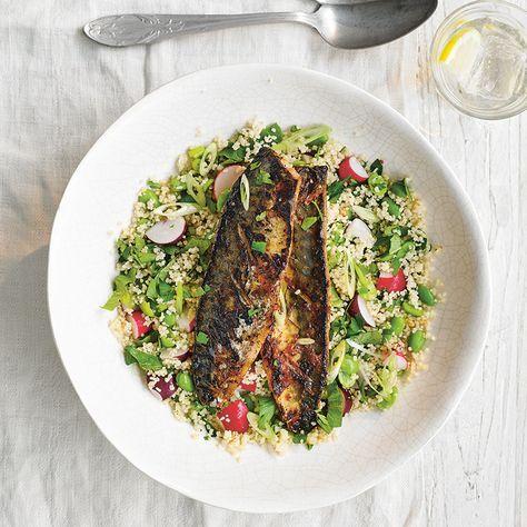 Dit makkelijke recept met makreel en harissa is precies wat je nodig hebt als de tijd dringt. 1 Trek het vel van de visfilets voorzichtig een beetje los en kerf het 4 of 5 keer in. Bestrooi de vis met zout en peper en bedek hem met de harissa,...