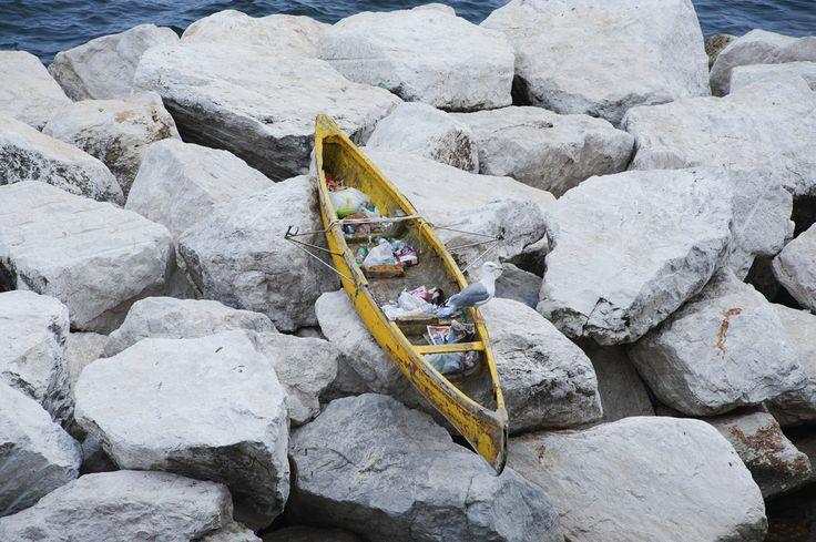 È uno dei posti più suggestivi e caratteristici di Napoli. Ma anche qui regnano sovrani il degrado e la strafottenza. Nel borgo di Marechiaro una canoa sugli scogli è diventata il cassonetto dei bagnanti. © Flaviana Frascogna