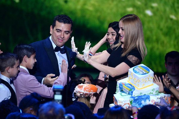 Buddy Valastro Photos - (L-R) .Chef/TV personality Buddy Valastro accepts the Favorite Cooking Show award for 'Cake Boss' from actresses Sarah Hyland and Debby Ryan onstage during Nickelodeon's 2016 Kids' Choice Awards at The Forum on March 12, 2016 in Inglewood, California. - Nickelodeon's 2016 Kids' Choice Awards - Show