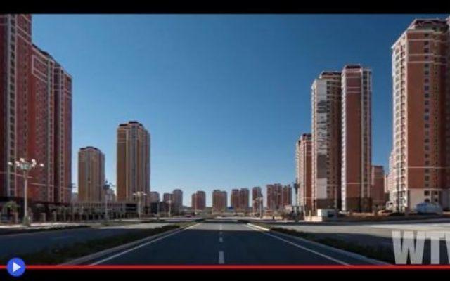 La verità di Ordos, città fantasma sul confine della Cina L'energia economica del mondo scorre e si propaga, attraverso linee di confluenza che convergono verso i punti d'interesse dei poteri sovrani: zone d'importanza strategica, culturale, turistica, giac #cina #urbanistica #architettura #mondo