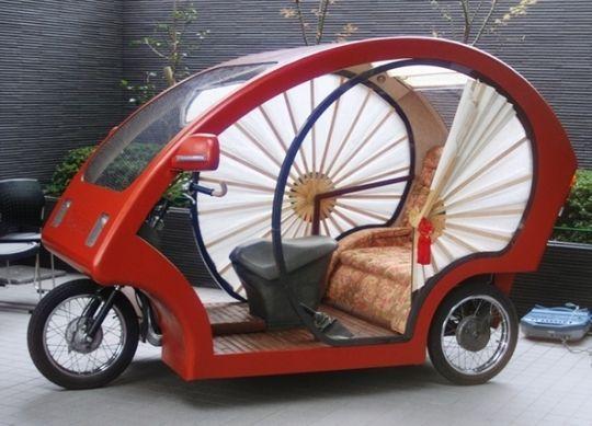 O Megaru (em japonês, mover-se) é uma resposta à crise econômica vivida por pequenas empresas de manufatura. Alimentado por uma bateria de íon de lítio, leva duas horas para carregar - o equivalente a 25km de viagem.
