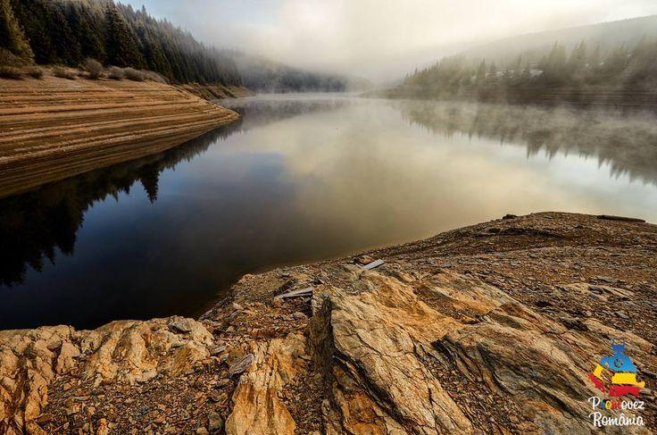Situat în nordul Apusenilor, la vest de Cluj, lacul Beliș-Fântânele stârnește fiori încă de la prima zărire. La o altitudine de 990 de metri, se desfășoară 13 kilometri de lac artificial de acumulare. Acoperit de mister, de verdele pădurii de conifere, în liniștea naturii, lacul veghează la buza stațiunii Beliș-Fântânele.