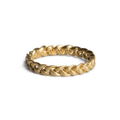 Mini fletring i mat, forgyldt sølv. Ringen måler 2,2 mm i bredden og er opbygget af 3 tråde som danner et flettet mønster. Fletringen snor sig smukt om fingeren og fremstår flot i en kombination sammen med andre tynde ringe.