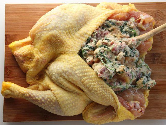 CAPPONE FARCITO CON SALSICCIA E NOCCIOLE 4/5 - Salate e pepate il cappone all'interno. Riempitelo distribuendo in modo omogeneo il ripieno e cucitelo con un filo di cotone.