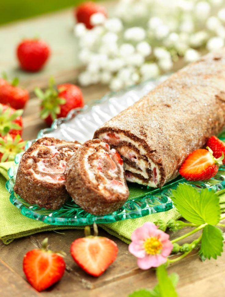 Chokladrulltårta med jordgubbar recept