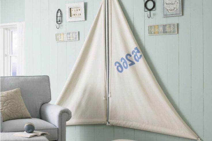 déco-bord-mer-lambris-bois-bleu-voiles-déco-murale-fauteuil