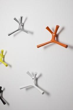 Kangaroo - Accessoires | Ceka Office Group kantoorinrichting.  Kangaroo is een vrolijk en opvallend designobject waarmee 'je jas ophangen' een nieuwe definitie krijgt. Kangaroo wordt vervaardigd uit massief aluminium en is leverbaar in vier moderne kleuren. De uitvoering, in glans gepolijst aluminium, geeft elke ruimte een exclusieve, kwalitatieve uitstraling.  Kijk op www.ceka-office-group.nl voor meer informatie.
