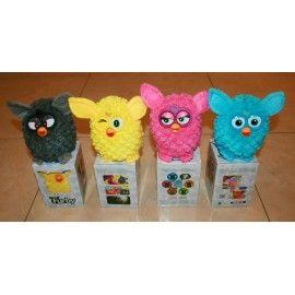 Игрушка Furby забавно реагирует на звуки, прикосновения, свет. И в зависимости от ваших действий складываются ваши с ним «отношения», зверек приобретает свою индивидуальность.