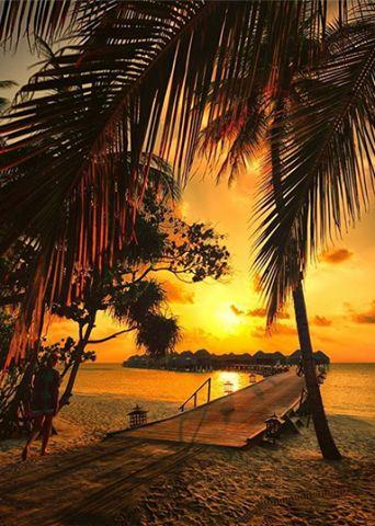 Il cielo di Bora Bora si tinge dei colori del tramonto.
