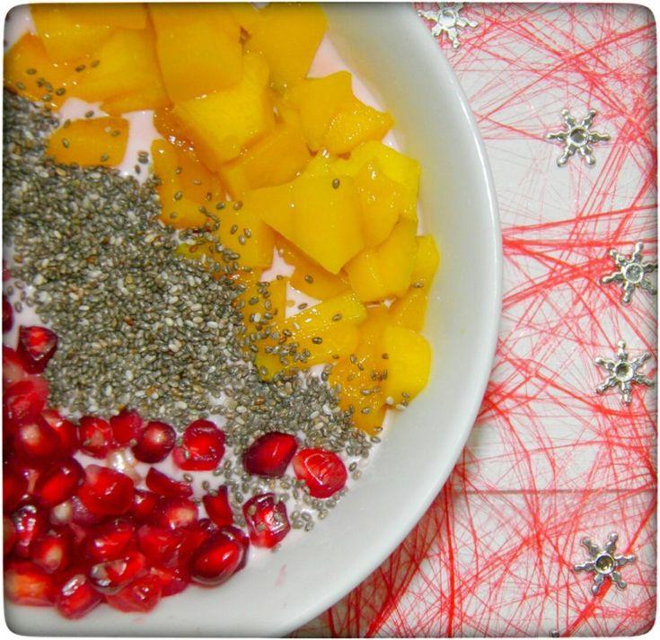 Kokos-Beeren Smoothie Bowl mit Chia, Mango and Granatapfel