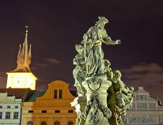 Saint-Yves, Prague, République tchèque. Une des statues du Pont Charles. Photo de  Davidlohr_Bueso.