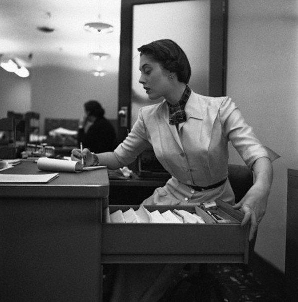 Офисная мода 1950-х годов.