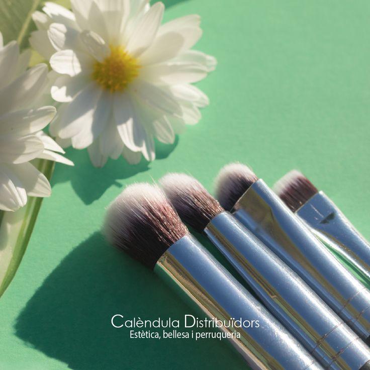 #CalendulaDistri #makeup #fashion #eyeshadow #eyes #eyebrows #lashes #lash #glue #glitter #crease #primers #base #beauty #beautiful #kabuki #maquillaje #estética #pollie #beauty #makeupbrushes #makeupeyes
