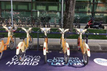 Al Fuorisalone 2017 senza stress: in bici o con un'ibrida! Toyota con la sua Yaris Hybrid tinge di verde le strade di Milano e del suo Fuorisalone. L'ecologica giapponese, che permette di viaggiare fino a 50 km in elettrico, ha sposato l'iniziativa BikeMi. #toyota #ibrida #fuorisalone #bikemi