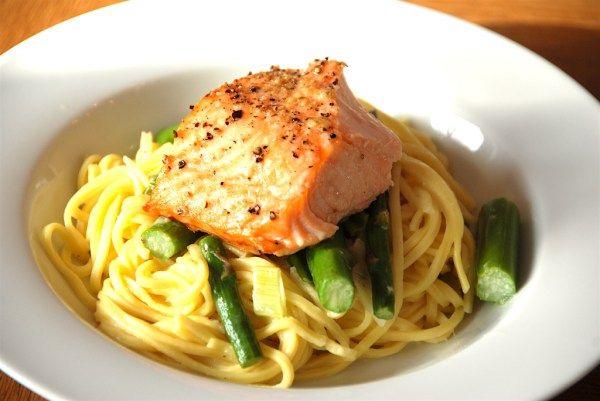 Dejlig pasta med laks, der tilberedes med forårsløg og grønne asparges. En hurtig og sund ret på travle dage. Foto: Guffeliguf.dk.