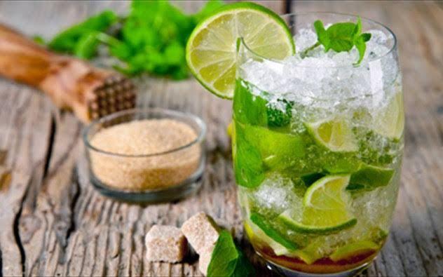 Το mojito είναι ένα από τα δημοφιλέστερα καλοκαιρινά ποτά των τελευταίων ετών. Για κάποιο λόγο οι πότες της θερινής νυκτός το προτιμούν από τη μαργαρίτα και το ντάκιρι. Και δεν έχουν πολύ άδικο που το επιλέγουν τόσο φανατικά...