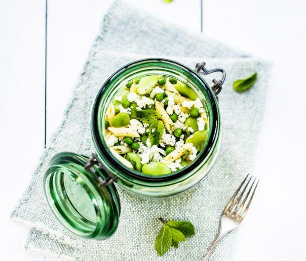 Un pique-nique en vue ? Découvrez notre délicieuse recette de la salade de pâtes fèves, petits pois, feta et menthe fraîche