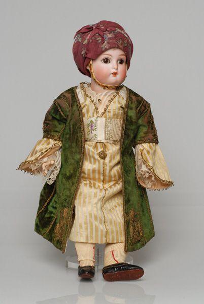 Πορσελάνινη κούκλα από τη συλλογή της βασίλισσας Όλγας ντυμένη με τη γυναικεία γιορτινή φορεσιά της Πάτρας
